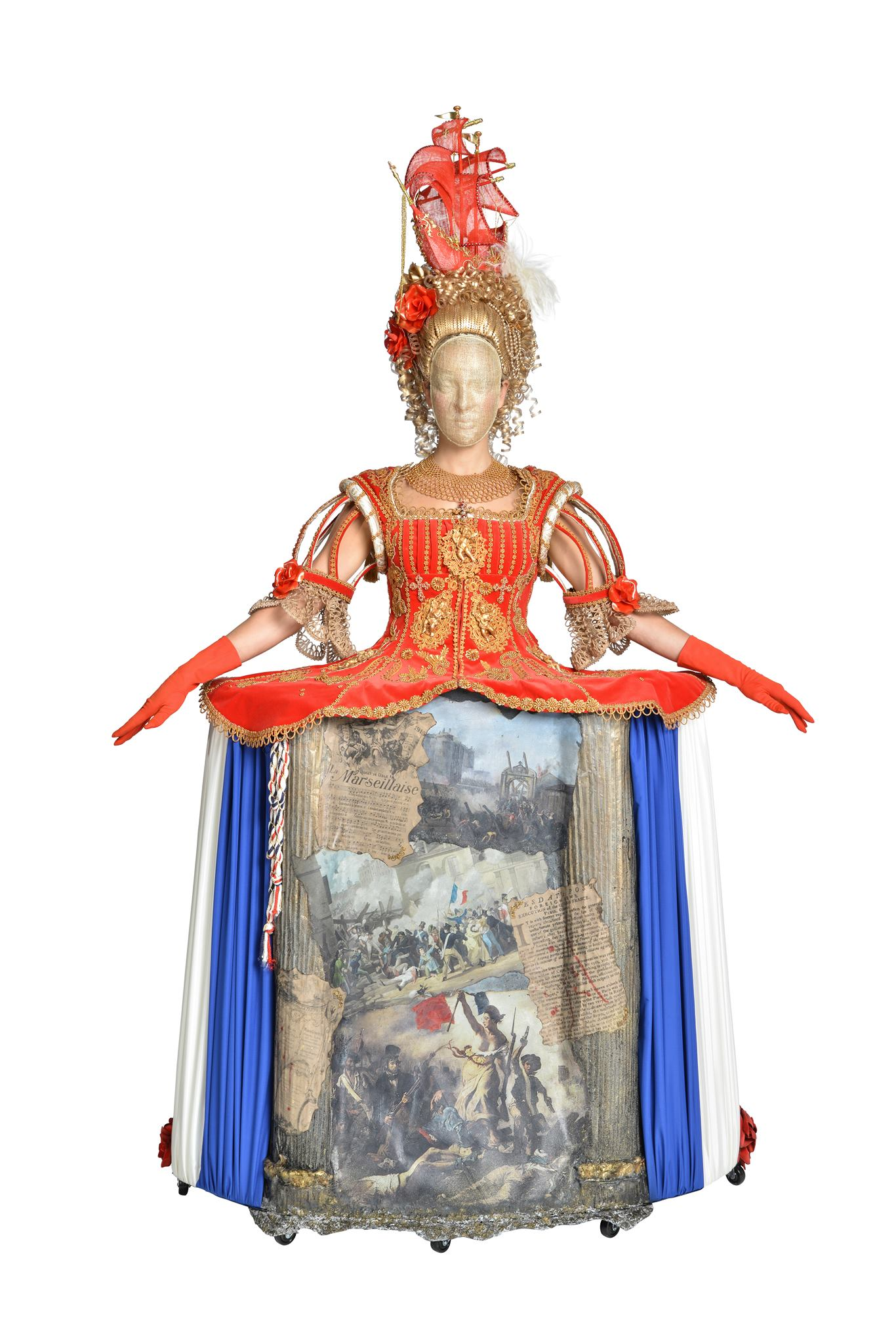 fotografia di un lavoro in mostra al neozelandese museo Te Papa: un abito in stile settecentesco ispirato alla controversa figura di Marie Antoinette di Francia