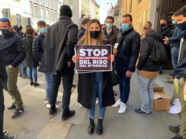 nella foto a colori si vedono persone che manifestano contro l'importazione del riso dal Myanmar a Milano