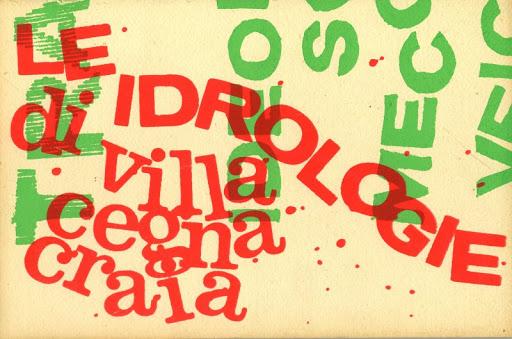 nella foto a colori si vede un poster con la scritta rossa le idrologie e i cognomi degli artisti villa, cegna e craia. Ci sono anche lettere verdi.