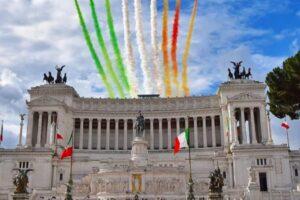 nella foto a colori si vede l'Altare della Patria a Roma, a forma di macchina da scrivere, e nel cielo le frecce tricolori
