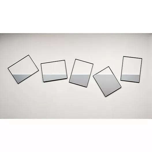 nella foto a colori si vedono cinque rettangoli colorati metà di bianco e metà di grigio