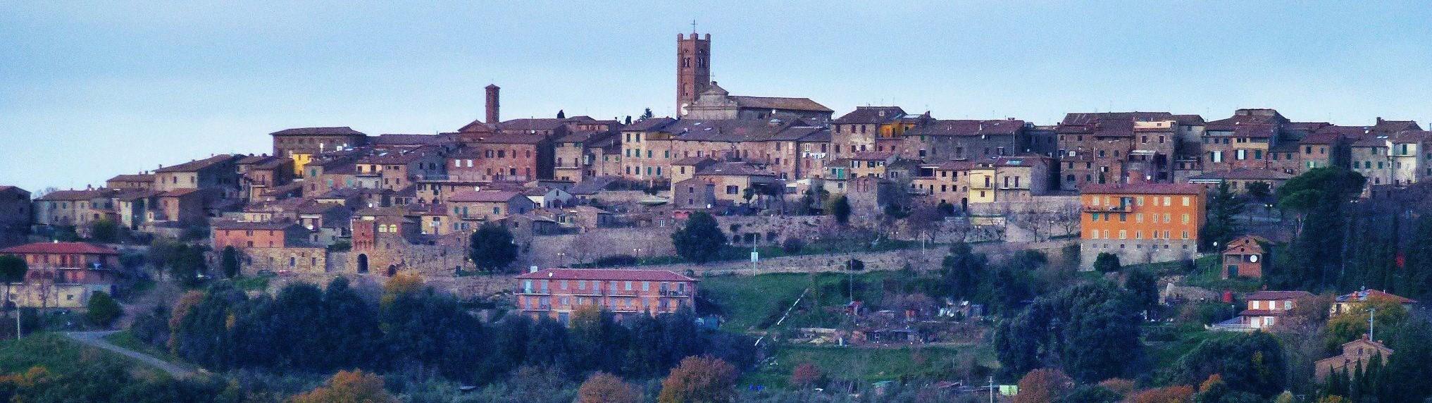 nella foto a colori si vede una visione panoramica di un piccolo paese della provincia di Siena, Radicondoli, dove spicca il campanile della Chiesa.