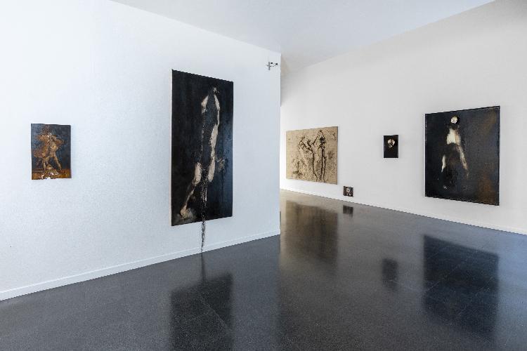 L'immagine mostra diverse opere d'arte di tre diversi artisti (Nicola Samorì , Andrea Salvino, Giovanni Manfredini)