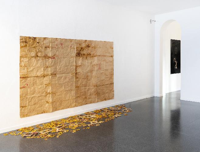 L'immagine mostra un'opera dell'artista Renata Boero sulla parete bianca di una galleria d'arte