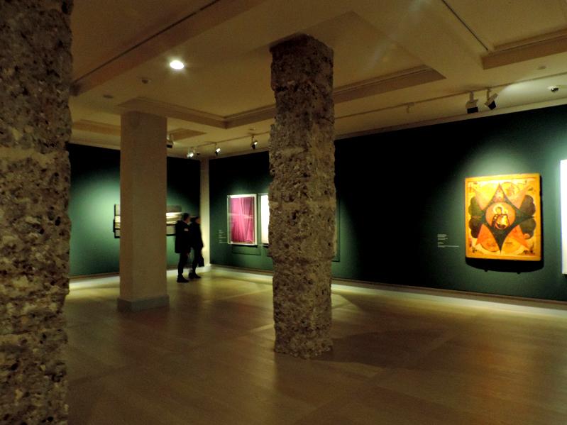 Veduta angolare di una galleria d'arte con opere contemporanee di fianco a icone russe antiche