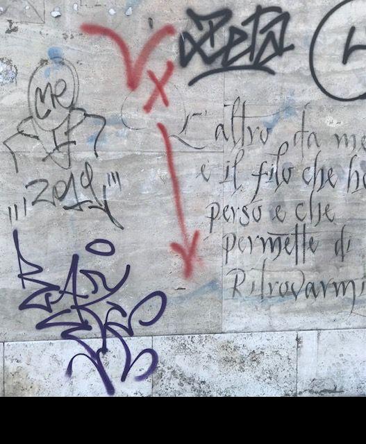 l'immagine a colori mostra il lavoro di un writer su un muro; c'è scritto in corsivo anche un pensiero.