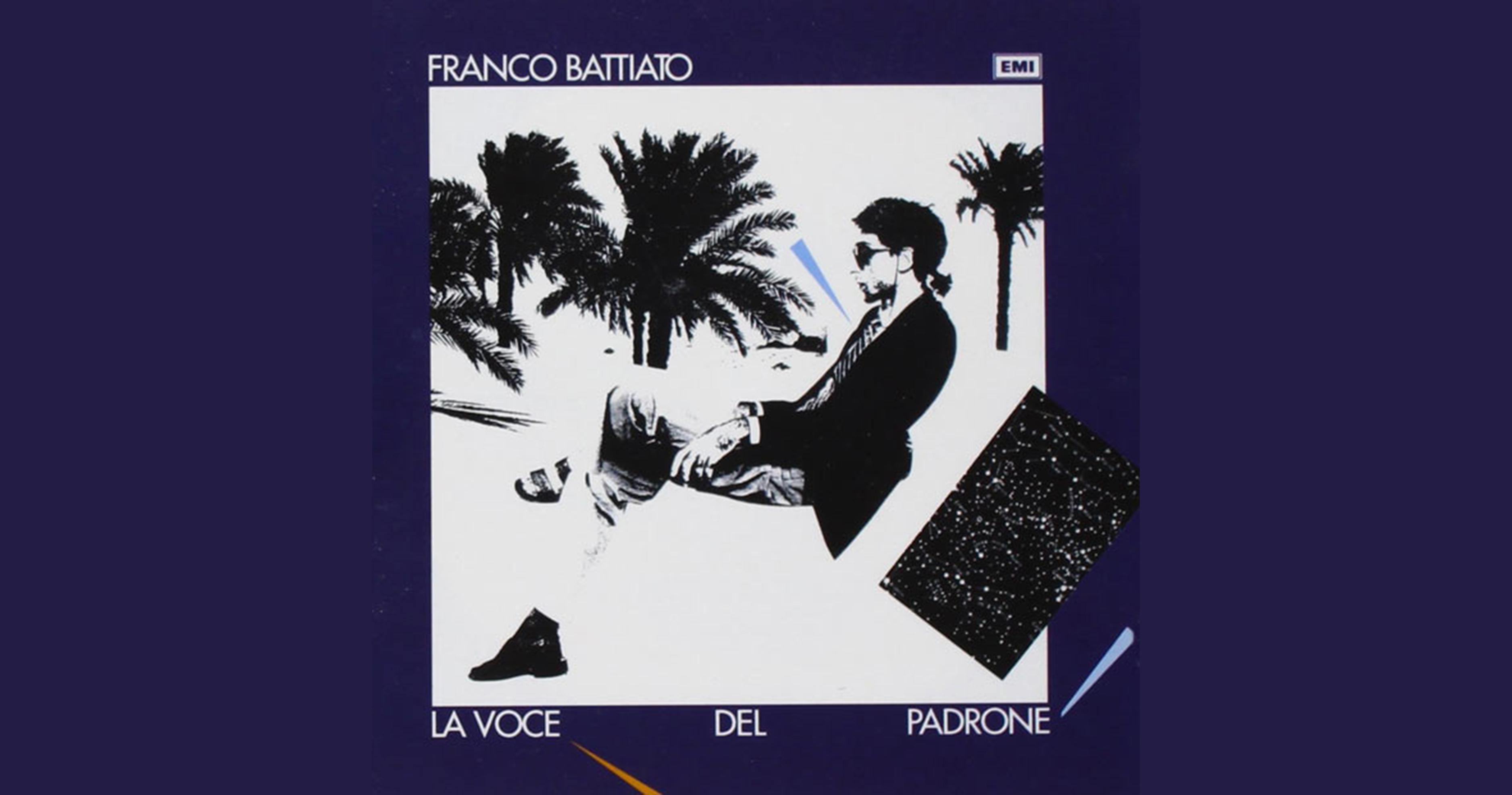 """l'immagine a colori mostra la copertina dell'album """"La Voce del Padrone"""" di Franco Battiato; Battiato porta il codino, gli occhiali da sole, è fotografato di profilo e indossa sandali con calzini bianchi"""