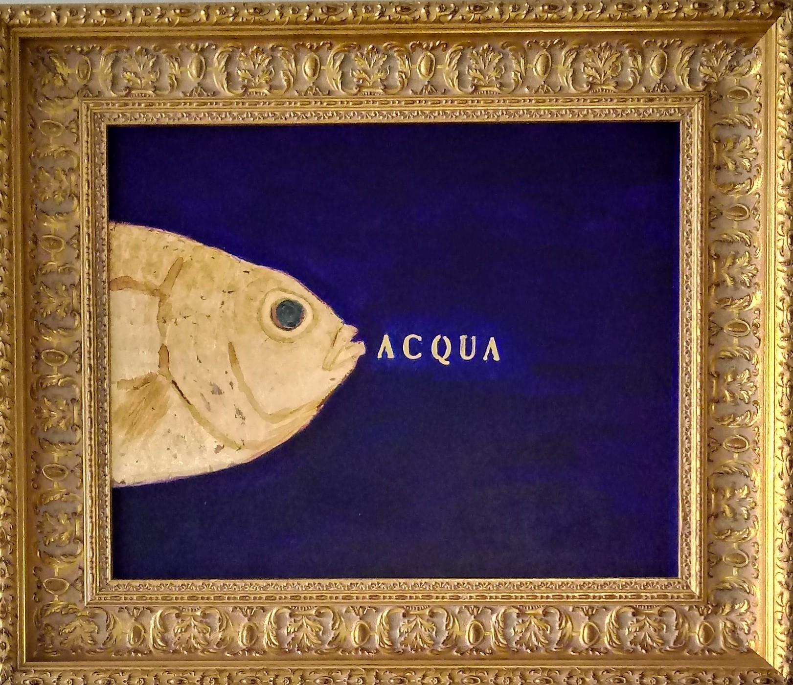 L'immagine mostra una delle opere di Sabatino della serie Pescibarocchi. Un piccolo quadro blu con un pesce giallo emergente dalla parte sinistra dell'immagine con al centro la scritta ACQUA illuminata. L'opera è contornata da una classica cornice in legno