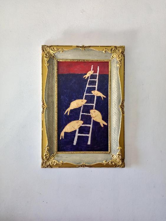 L'immagine mostra una delle opere di Beppe Sabatino appartenenti alla serie PESCIBAROCCHI. L'opera mostra alcuni pesci salire una scala bianca su fondo blu scuro con un accenno di rosso nella parte alta dell'immagine