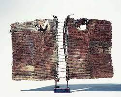 foto di una scultura astratta una simbolica metascultura formata rete metallica su un piedistallo