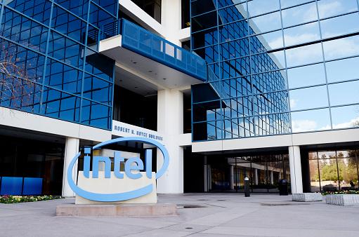 la foto a colori mostra un palazzo che è la sede Intel nella Silicon Valley