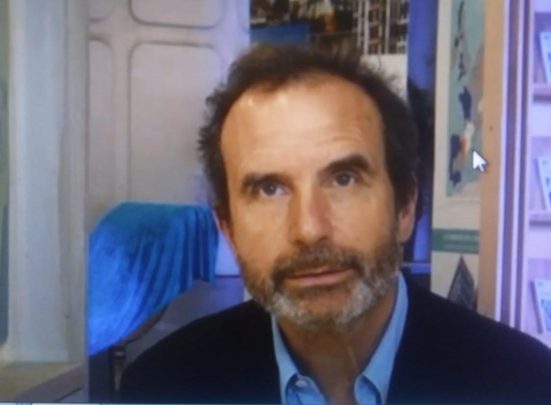 la foto a colori mostra l'editore Philippe Thureau-Dangin che indossa barba, una camicia celeste e una giacca nera