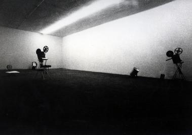 la foto in bianco e nero mostra un proiettore cinematografico