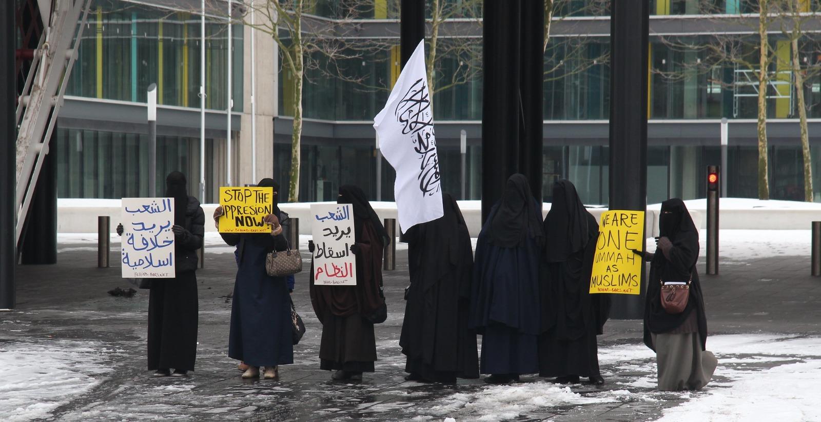 Donne velate protestano contro il Burqa