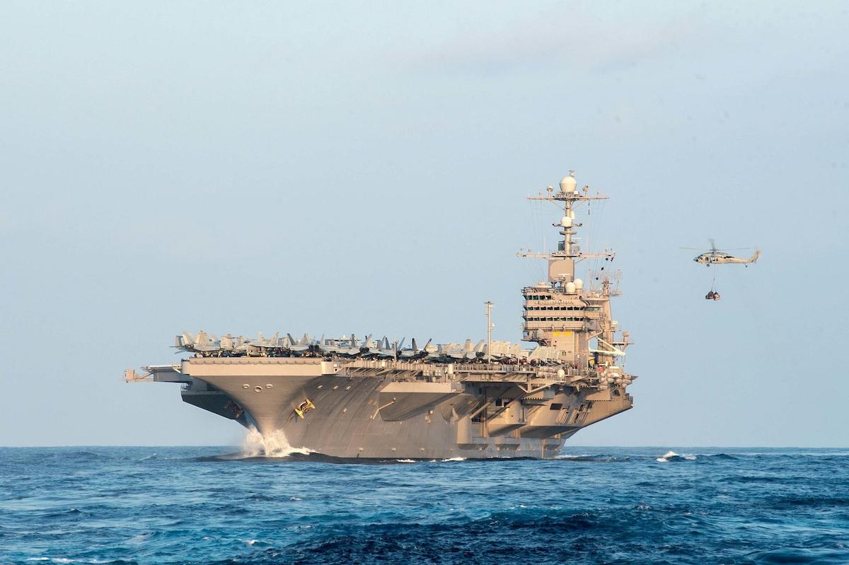 la foto a colori mostra una nave da guerra Usa in mare